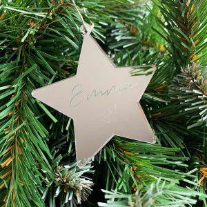 Gepersonaliseerde kersthanger ster met naam en hartjes
