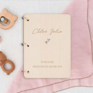 Gepersonaliseerd babyboek met uitgesneden hartjes