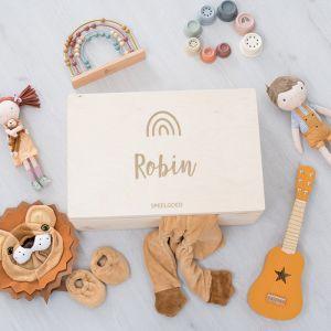 Houten speelgoedkist met naam en regenboogje