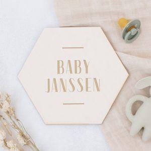 Houten zwangerschapsaankondiging hexagon modern