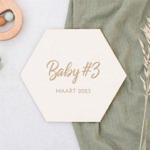Houten zwangerschapsaankondiging hexagon festival
