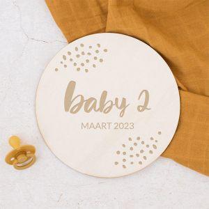 Houten zwangerschapsaankondiging rond speels met dots baby 2