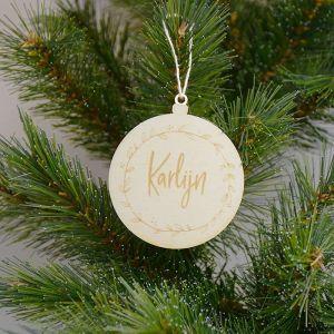 Houten kerstbal met krans en naam